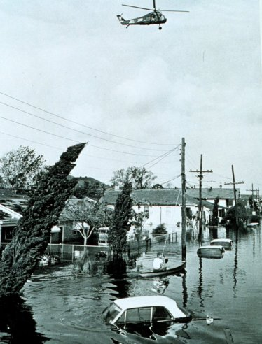Flooding due to Betsy i New Orlean's 9th Ward. (NOAA)