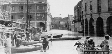 Tampico residents use boats to navigate city streets (Archivo Historico de Tampico)